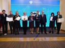Zdjęcie przedstawia miedzy innymi Dyrektora Powiatowego Urzedu Pracy w Jarosławiu Pana Jana Wygnańca wraz z innymi osobami odbierajacymi wyróznienie za efektywną i skuteczną obsługę spraw z zakresu legalizacji pracy cudzoziemców w roku 2019