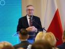 Zdjęcie przedstawia Wiceministra Rodziny, Pracy i Polityki Społecznej Pana Stanisława Szweda wygłaszającego przemowę